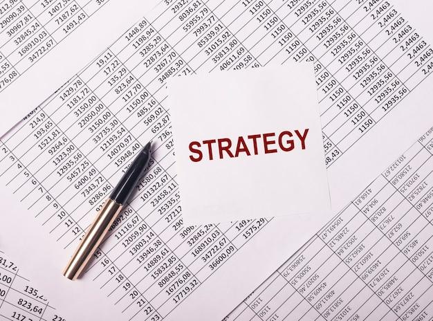 Parola di strategia di business finanziario, iscrizione sui documenti.