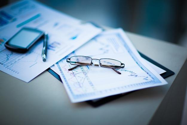 Grafici finanziari e grafici sul tavolo