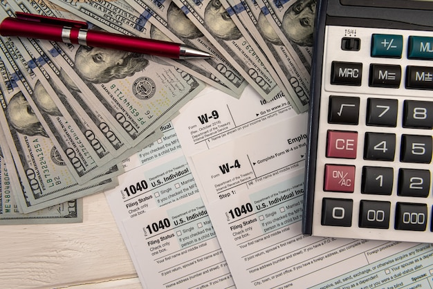 Documento finanziario, tassazione calcolatrice di denaro contabile riempire 1040