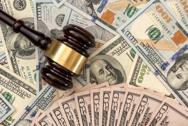 Martelletto dei giudici finanziari con crimini di corruzione di dollari