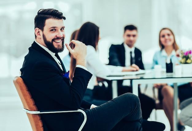 Responsabile finanziario dell'azienda sullo sfondo della riunione di lavoro del team aziendale.la foto ha uno spazio vuoto per il testo