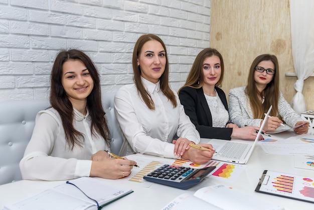 Riunione dei manager finanziari e brainstorming in ufficio