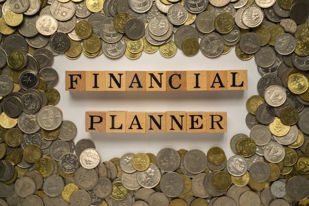 Testo del pianificatore finanziario sul blocco di legno.
