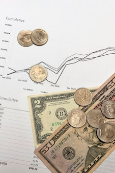 Relazione finanziaria. relazione finanziaria trimestrale sugli investimenti in borsa. ci sono banconote da un dollaro sui grafici dei rapporti come simbolo di investimenti di successo.