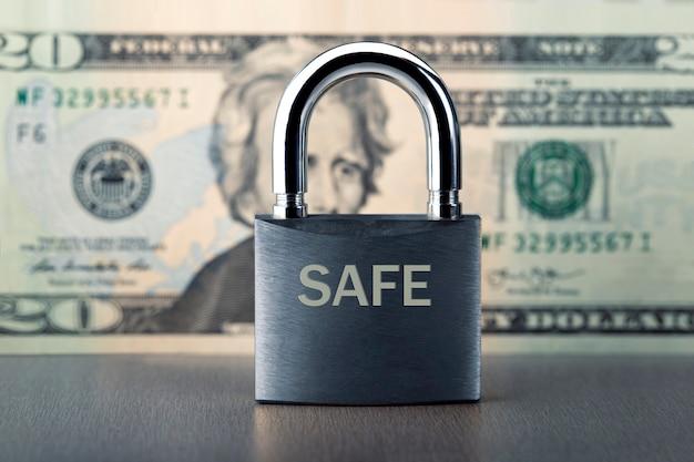 Concetto di sicurezza finanziaria. protezione delle finanze con serratura e banconota in dollari.