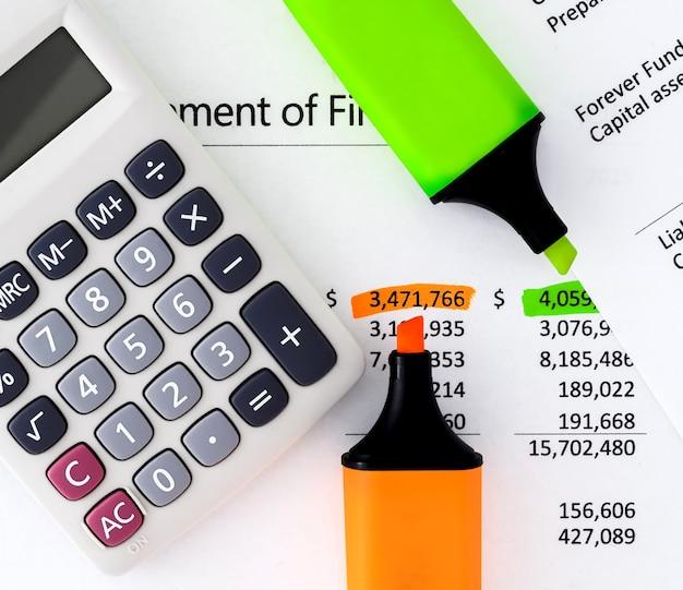 Rendiconti finanziari con calcolatrice, evidenziatori