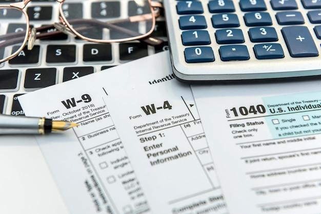 Modulo fiscale tempo finanziario con laptop e calcolatrice. scartoffie d'ufficio. contabilità