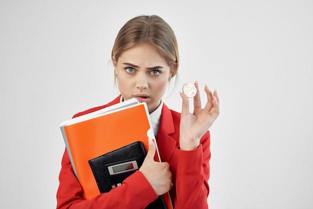 Il finanziere in una giacca rossa con i documenti in mano ha isolato lo sfondo