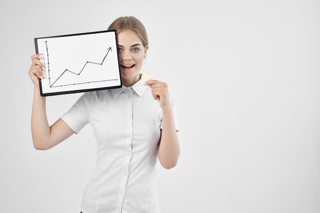 Il finanziere in una camicia bianca con una cartella in mano ha isolato lo sfondo