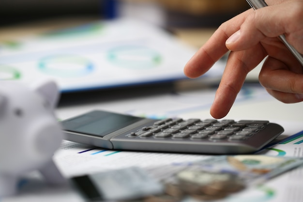 Finanziere che lavora in ufficio al tavolo