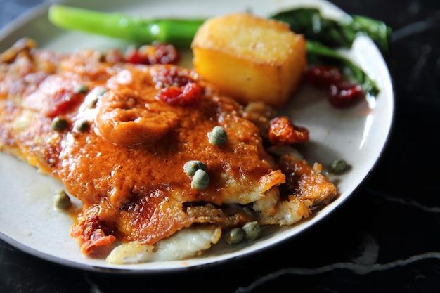 Fine dining filetti di branzino con salsa di pomodoro e spezie