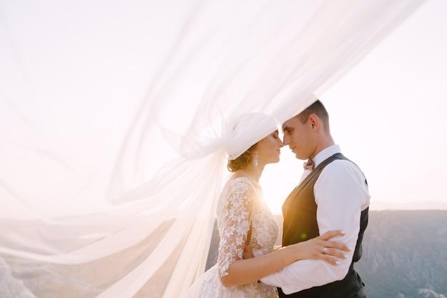 Foto di matrimonio di destinazione fineart in montenegro mount lovchen gli sposi si abbracciano in cima al