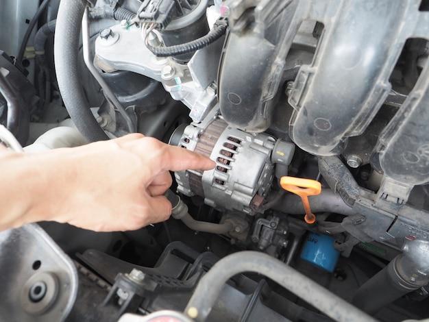 Punto del dito sul concetto di manutenzione dell'auto del generatore