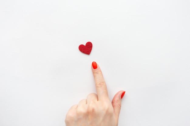 Il dito indica il cuore rosso