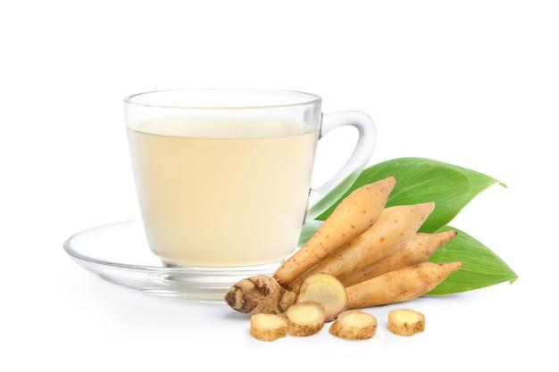 Bevanda a base di erbe di radice di dito con rizoma fresco isolato su priorità bassa bianca.