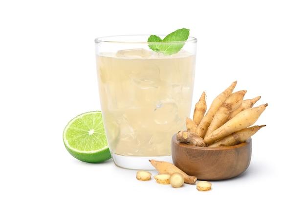 Tè freddo con radice di dito con rizoma fresco isolato su sfondo bianco.