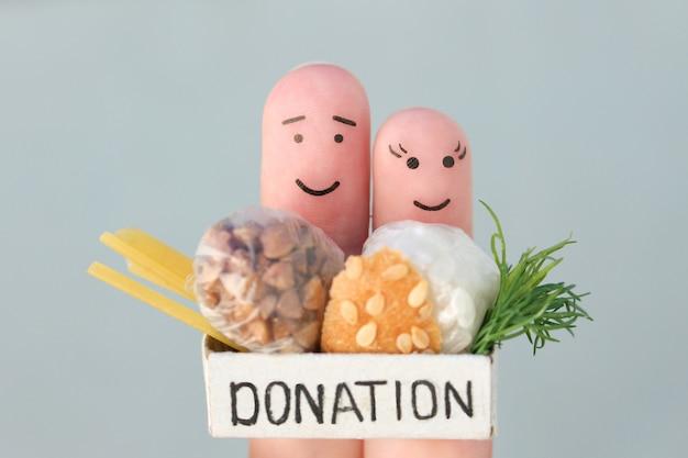 Arte delle dita di coppia. uomo e donna che tengono la scatola delle donazioni con il cibo.