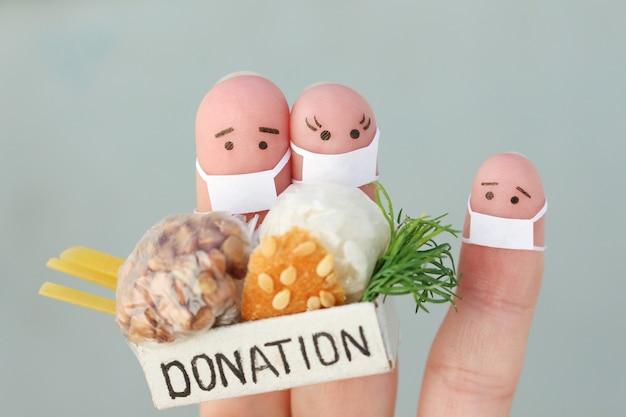 Arte delle dita della coppia con maschera facciale che tiene scatola di donazione con il cibo