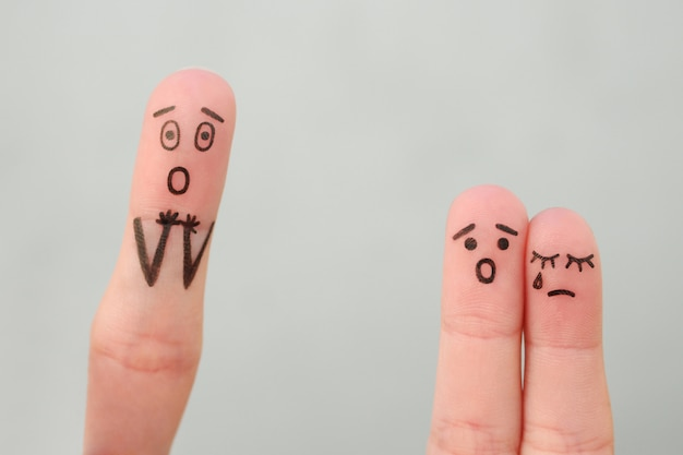 Arte delle dita della famiglia durante il litigio. i bambini del concetto sono rimasti con il padre, i bambini stanno piangendo.