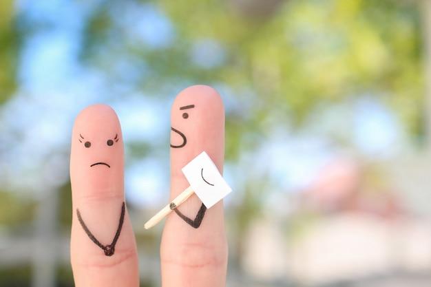 Arte delle dita della famiglia durante il litigio. concetto di persone che nascondono emozioni. il marito urla alla moglie.