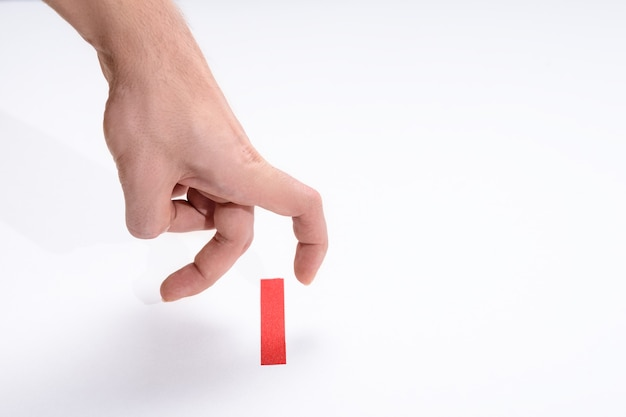 I corridori delle dita sulla linea rossa di partenza sono arrivati per primi, metafora, concetto di leader su sfondo bianco