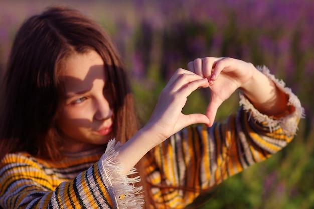 Dita a forma di cuore come simbolo dell'amore