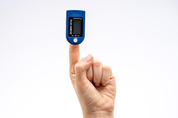 Pulsossimetro da dito sul dito. su sfondo bianco. dispositivo per autodiagnostica.