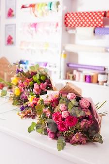 Mazzi finiti sul tavolo nel negozio di fiori