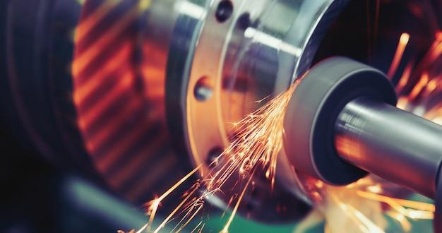 Finitura lavorazione dei metalli su rettificatrice ad alta precisione in officina