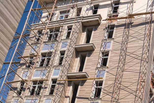 Lavori di finitura sulla facciata di un nuovo edificio residenziale
