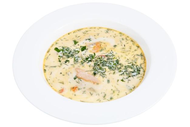 Ristorante finlandese che serve zuppa di pesce in un piatto bianco profondo, isolato su sfondo bianco.