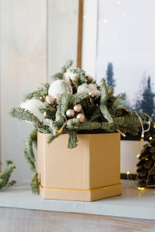 Rami di abete e palle di natale in una scatola. composizione in abete di natale