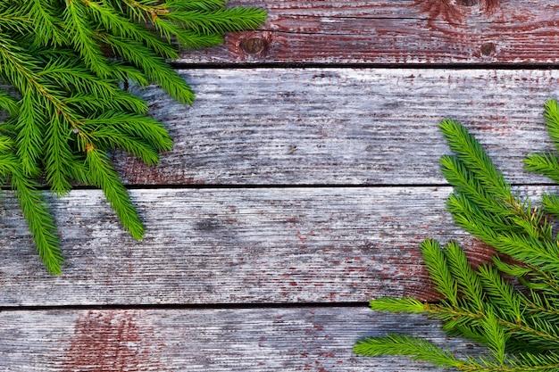 Rami di abete si trovano su uno sfondo di legno lo sfondo è costituito da tavole di età compresa tra taupe fotografia orizzontale