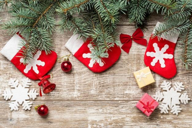 Rami di abete e decorazioni natalizie sono sulle tavole.