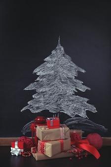 Abete disegno sulla lavagna e bellissimi regali. sfondo di natale