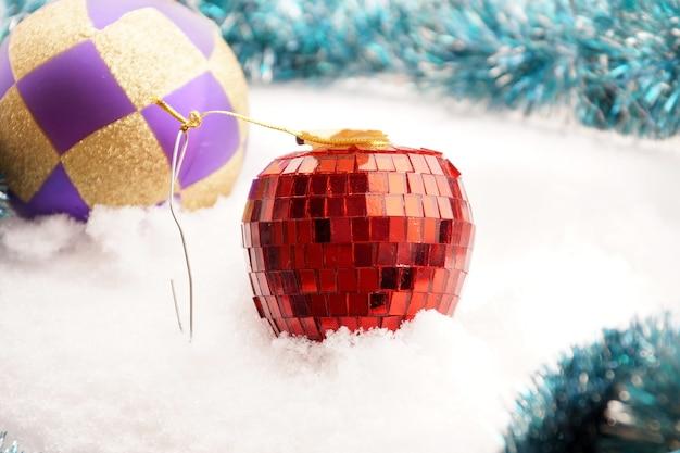 Giocattolo di abete a forma di mela rossa da un mosaico di vetro