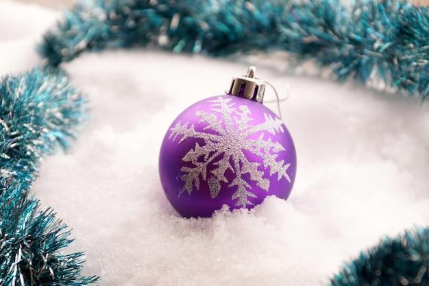 Giocattolo di abete una sfera di plastica con il fiocco di neve disegnato