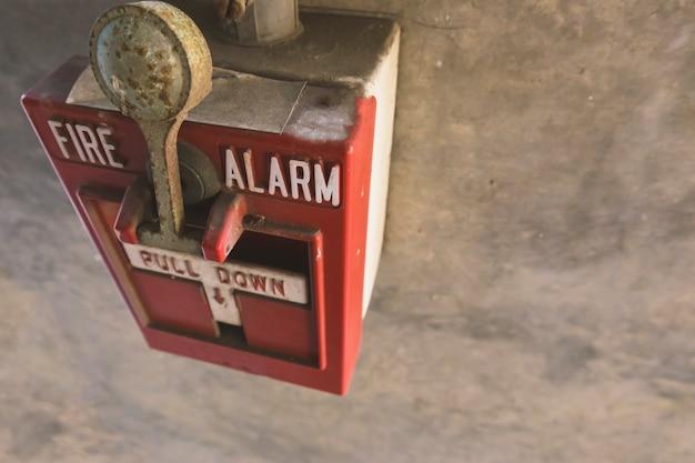 Allarme antincendio sul muro di cemento