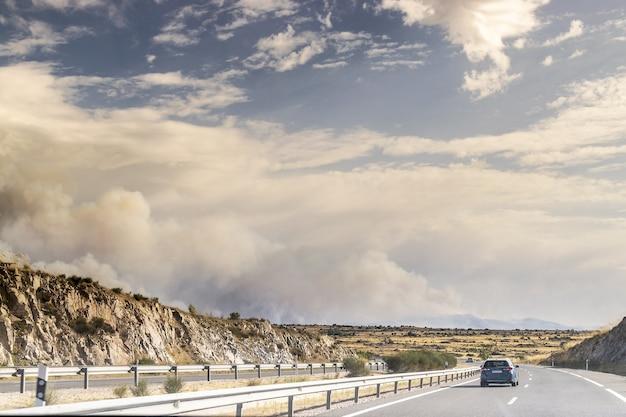 Incendio ad avila, navalacruz. colonna di fumo e montagna in fiamme. incendio boschivo.