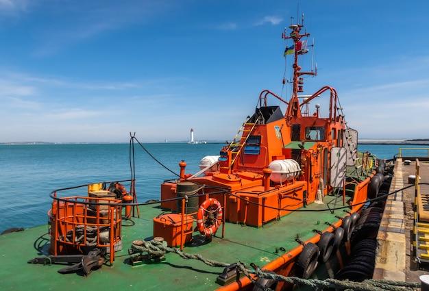 Barca del fuoco nel porto marittimo a odessa, ucraina