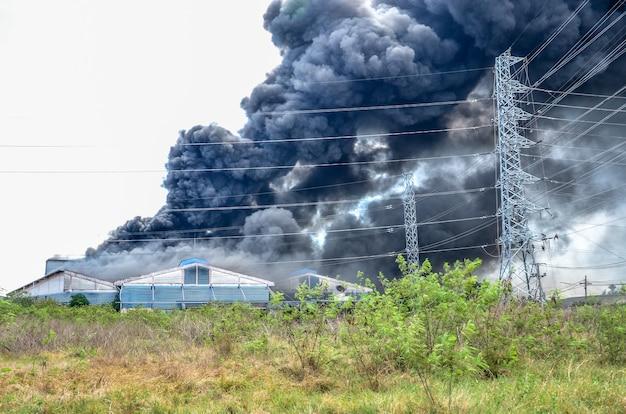 Fuoco ardente e fumo nero una fabbrica in thailandia