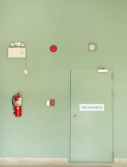 Porta di uscita antincendio, estintore, allarme antincendio