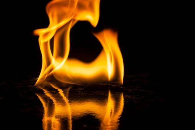 Fiamme di fuoco su sfondo nero
