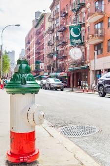 Idrante antincendio con la bandiera dell'italia dal quartiere italiano di new york