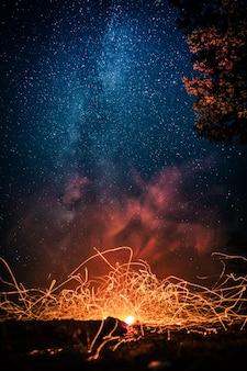 Modelli di fuoco sullo sfondo del cielo