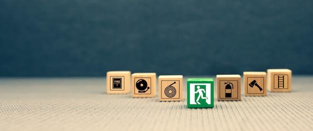 Icona di prevenzione del fuoco su blocchi di legno.