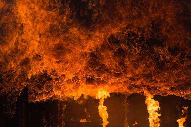 Scuola di addestramento antincendio e salvataggio regolarmente per prepararsi