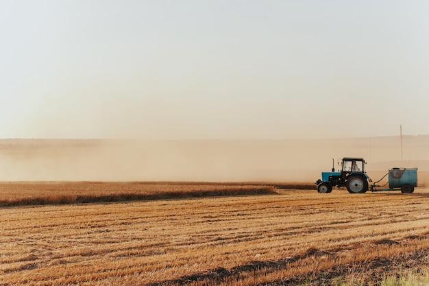 Un trattore antincendio sulla raccolta del grano il concetto di sicurezza agricola immagine dell'agricoltura