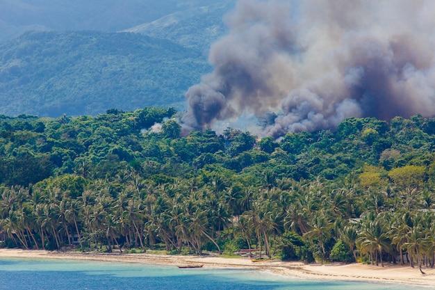Incendio sull'isola tropicale di boracay filippine disastro naturale durante la stagione secca