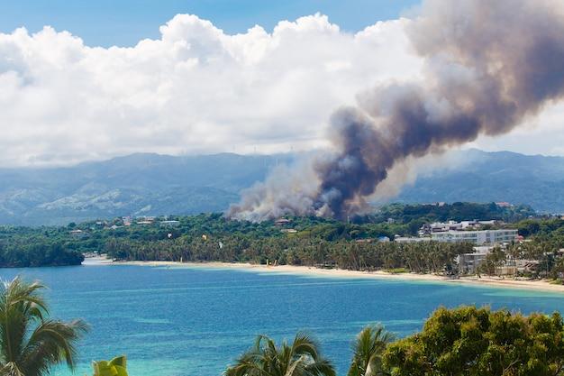 Incendio sull'isola tropicale disastro naturale durante la stagione secca